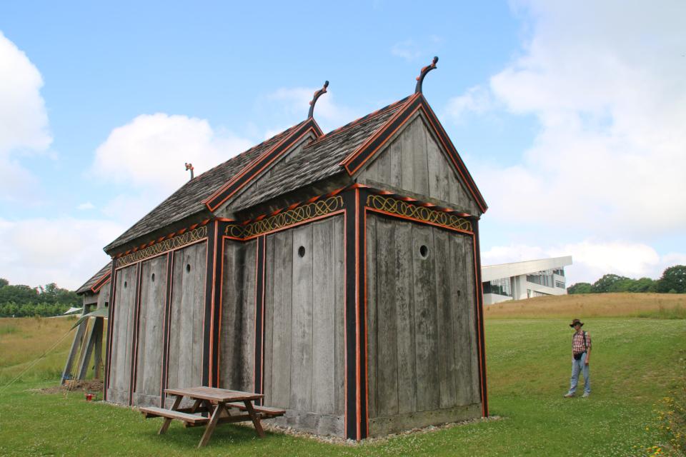 Деревянная церковь викингов Хёрнинг, вид со стороны усадьбы Мосгорд. Фото 2 июл. 2021, г. Орхус, Дания