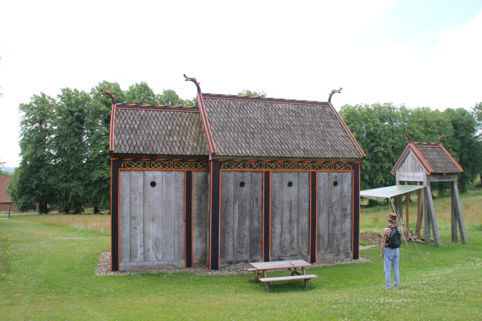 Вид церковь викингов со стороны музея Мосгорд. Фото 2 июл. 2021, г. Орхус, Дания