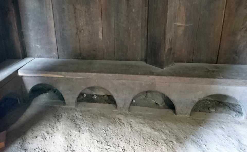 Скамейки вдоль стен церкви викингов Хёрнинг. Фото 2 июл. 2021, г. Орхус, Дания