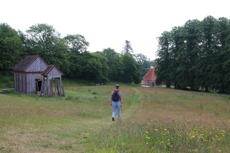 Вид на церковь викингов и постройки поместья Мосгорд. Фото 2 июл. 2021, г. Орхус, Дания