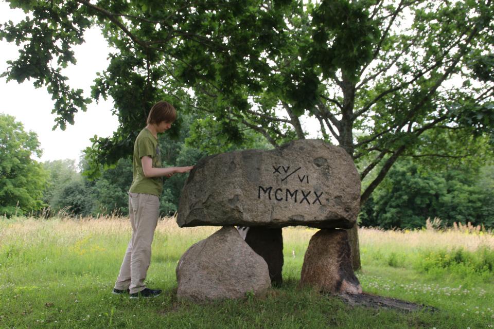 Мой сын возле памятник воссоединения Дании. Биркерёд, Дания. Фото 8 июля 2021
