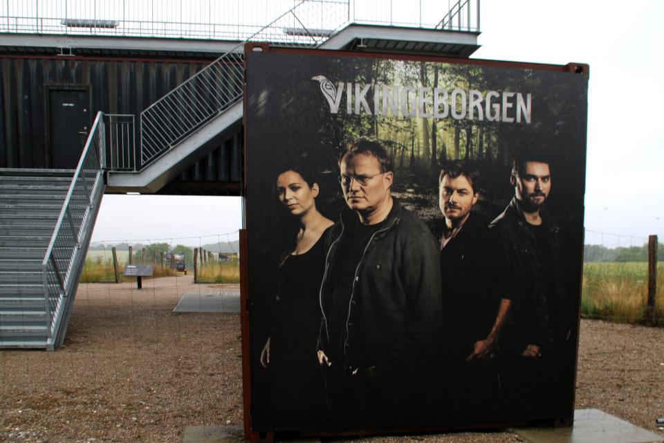 Фотографии археологов возле музея в контейнерах. Леллинге / Кёге, Дания. Фото 10 июл. 2021