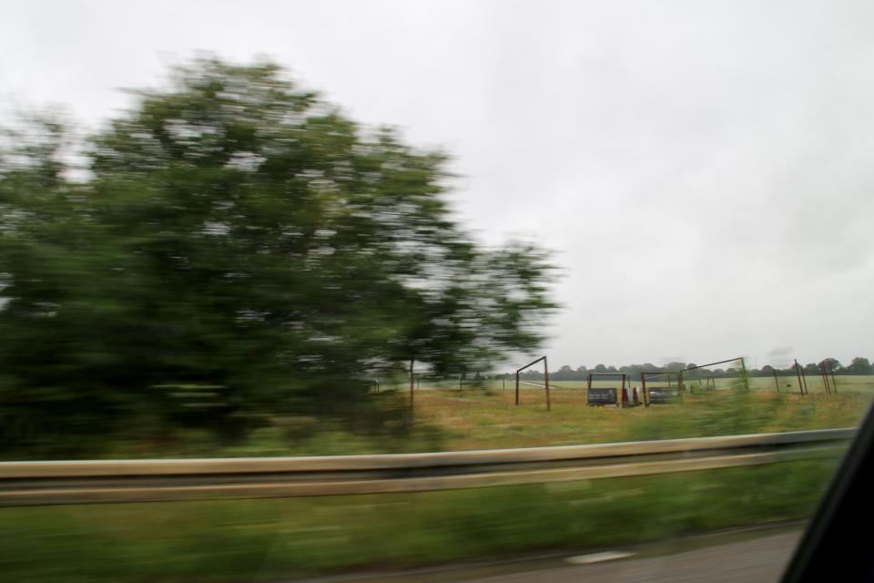 Вид на месторасположение бывшей крепости викингов со стороны дороги, Леллинге / Кёге, Дания. Фото 10 июл. 2021