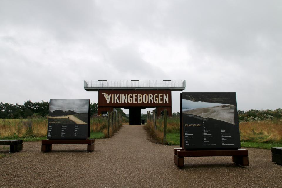 Выставка на тропинке от музея к месту бывшей крепости викингов в Леллинге / Кёге, Дания. Фото 10 июл. 2021