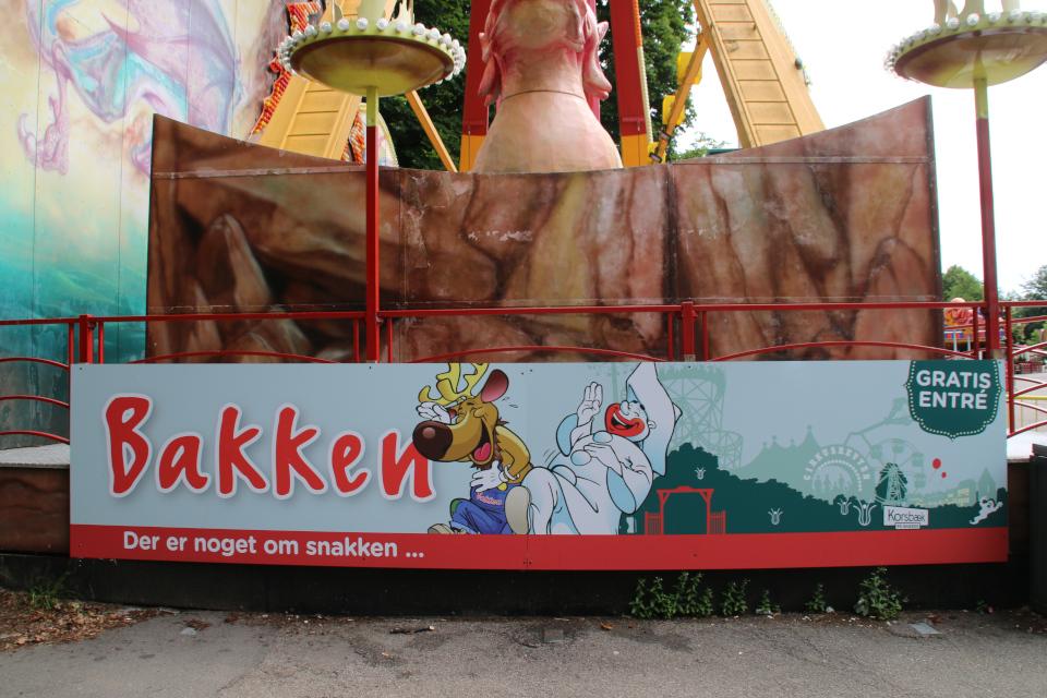 Пьеро. Парк развлечений Баккен (Дирехавсбаккен), Dyrehavsbakken (Bakken), Клампеборг (Klampenborg), Дания. 9 июля 2021