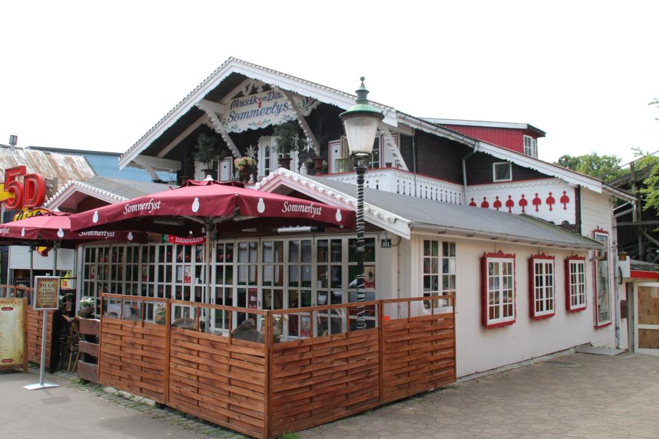 Русский деревянный дом. Парк развлечений Баккен (Дирехавсбаккен), Dyrehavsbakken (Bakken), Клампеборг (Klampenborg), Дания. 9 июля 2021