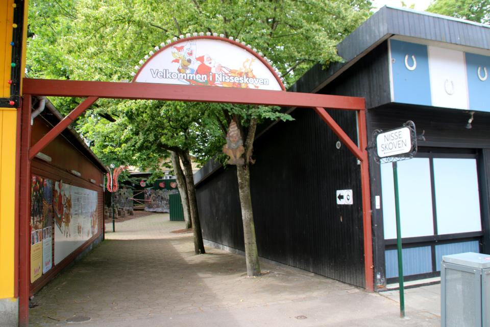 Ниссе. Парк развлечений Баккен (Дирехавсбаккен), Dyrehavsbakken (Bakken), Клампеборг (Klampenborg), Дания. 9 июля 2021