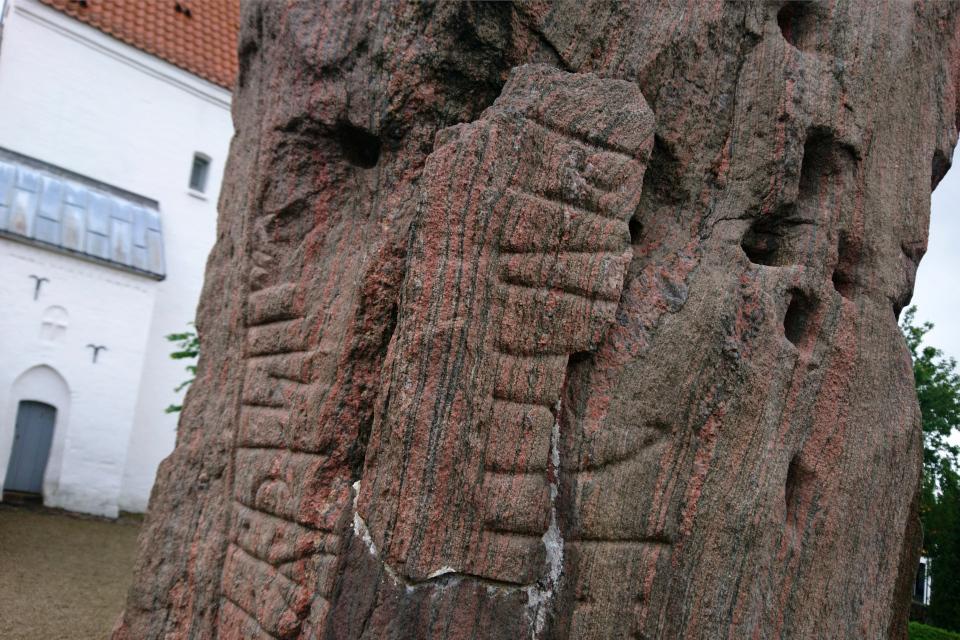 Рунный камень церкви Лэборг (Runestenen Læborg Kirke), Дания. Фото 28 июля 2021