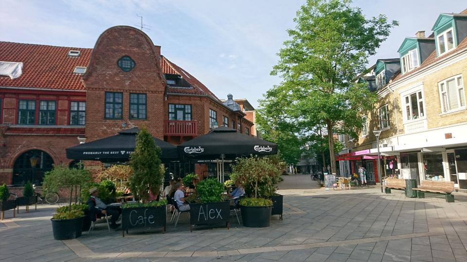 Постоялый двор Биркерёд на площади возле церкви Биркерёд и пешеходная улица (справа), Дания. Фото 8 июля 2021