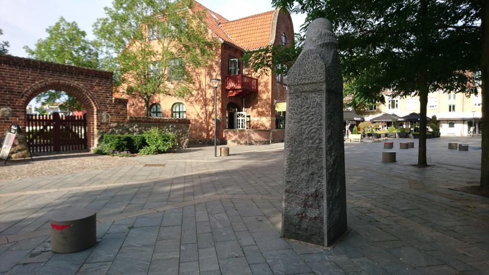 Постоялый двор Биркерёд на площади возле церкви Биркерёд, Дания. Фото 8 июля 2021