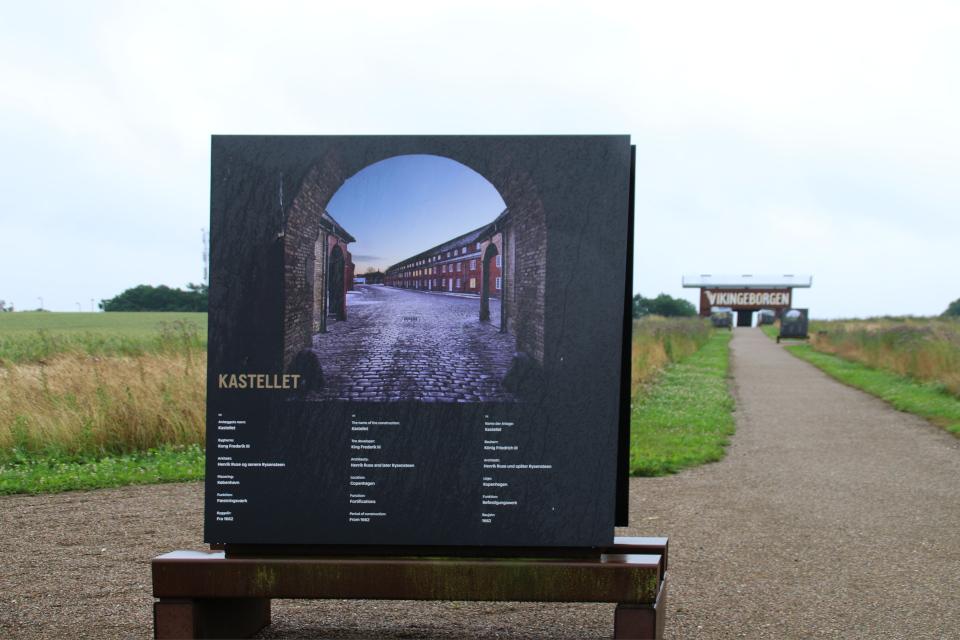 Крепость Кастеллет в Копенгагене на плакате музея крепости викингов Боргринг, Леллинге / Кёге, Дания. Фото 10 июл. 2021