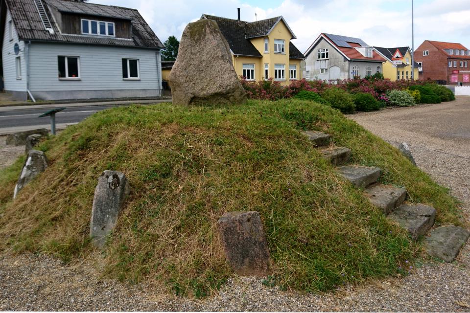 Рунный камень церкви Бэккен (Runestenen Bække Kirke), Дания. 28 июля 2021
