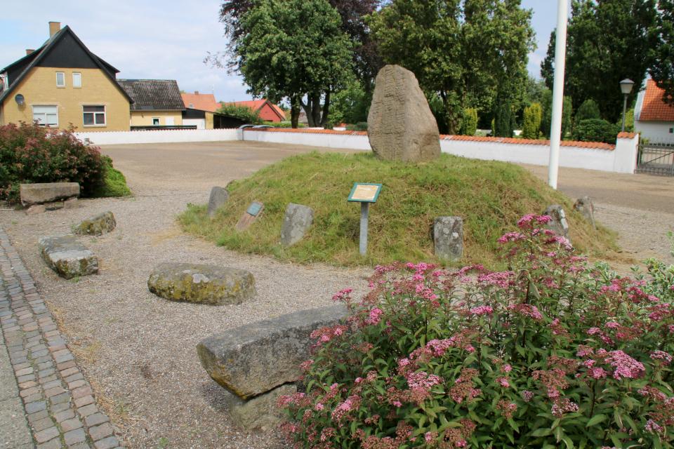 Рунный камень церкви Бэкке (Runestenen Bække Kirke), Дания. 28 июля 2021