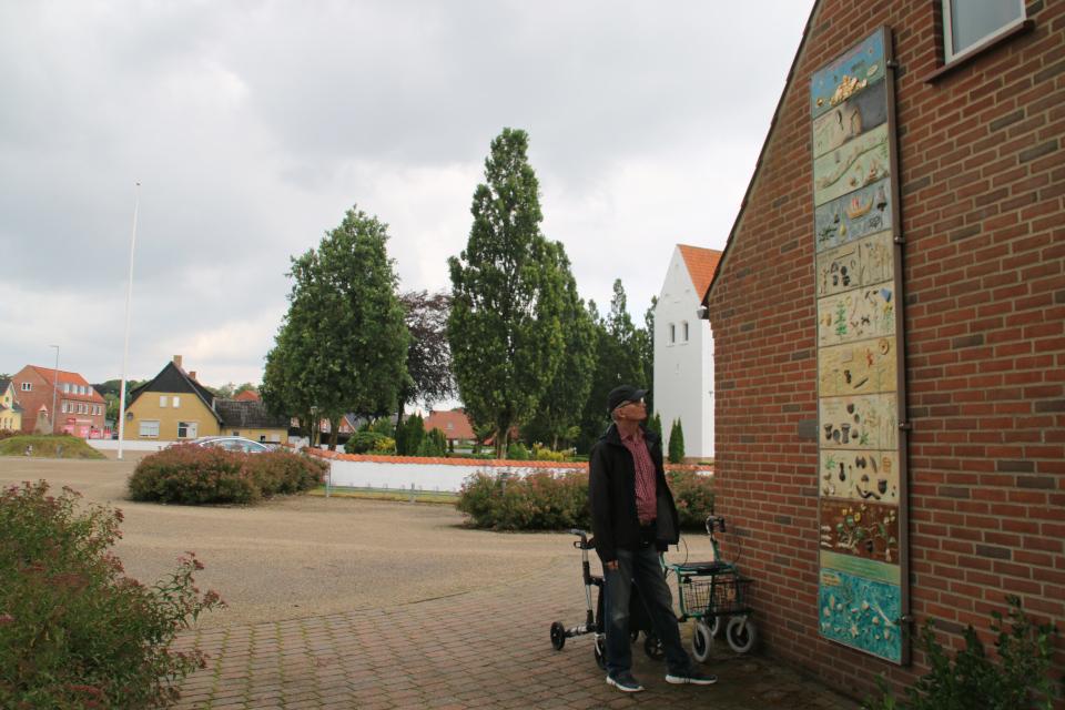 Хронология истории Дании Хэрвайн, церковь Бэкке (Hærvejens Tidstavle Bække), Дания. Фото 28 июля 2021