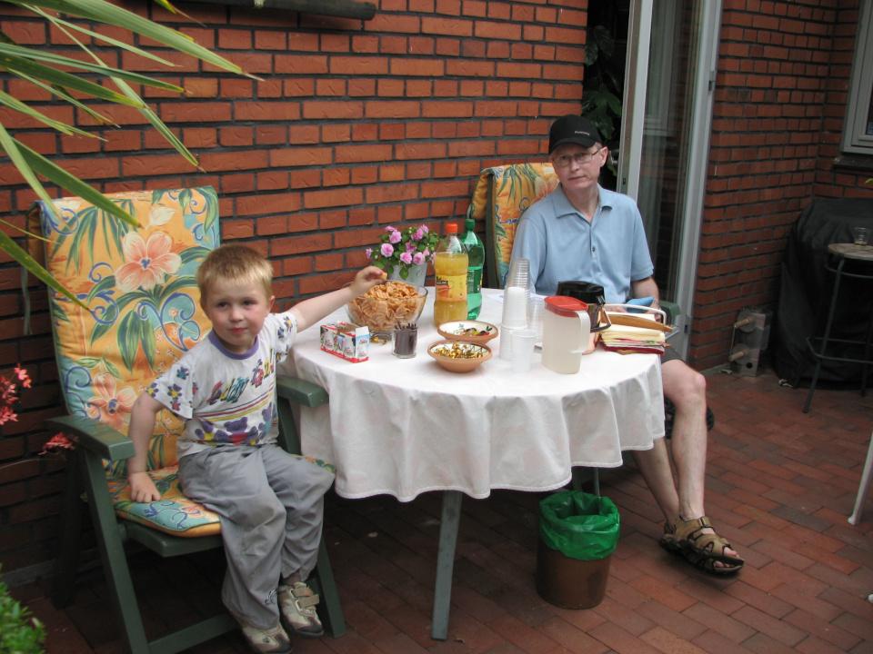 Давид Вальдемар и Петер. Сад Йенс Кёэ (Jens Kjøge have), Ørnegårdsvej 17, Хойбьерг, Дания. Фото 6 июн. 2011