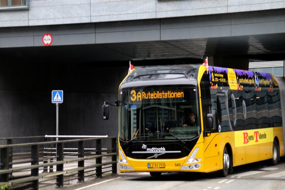 Городской автобус рекламой и флажками по случаю праздничной недели, Åboulevarden, Орхус, Дания. Фото 2 сент. 2021