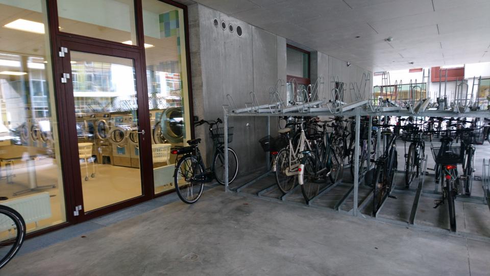 Прачечная, велосипеды.Дом поколения (generationens hus). Орхус Доклендс (Aarhus Ø), Дания 29 сентября 2021