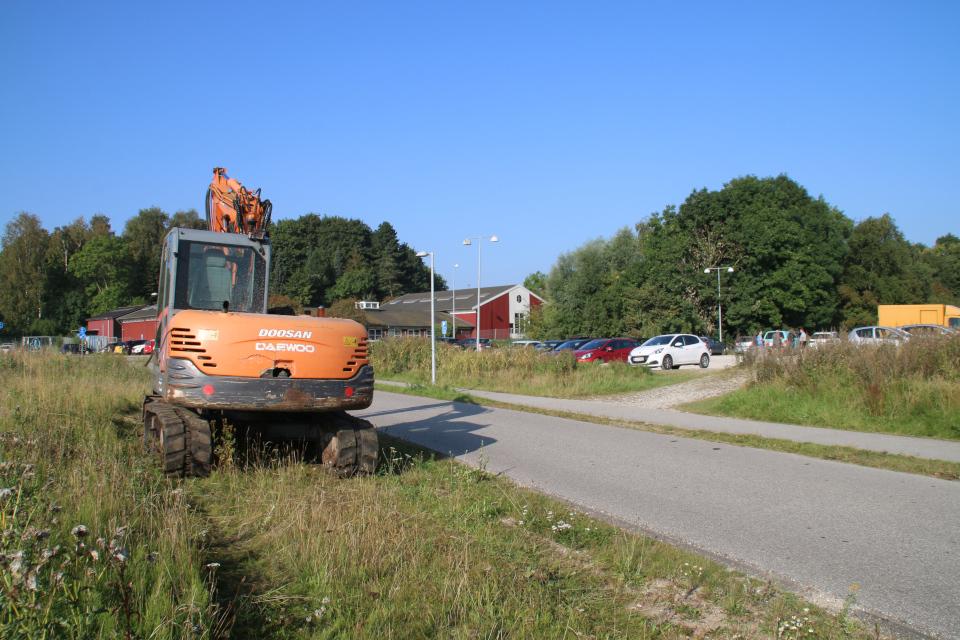 Экскаватор (gravko). Верфь викингов. Археологические раскопки Эскелунден (Eskelunden), Орхус, Дания. Фото 9 сент. 2021