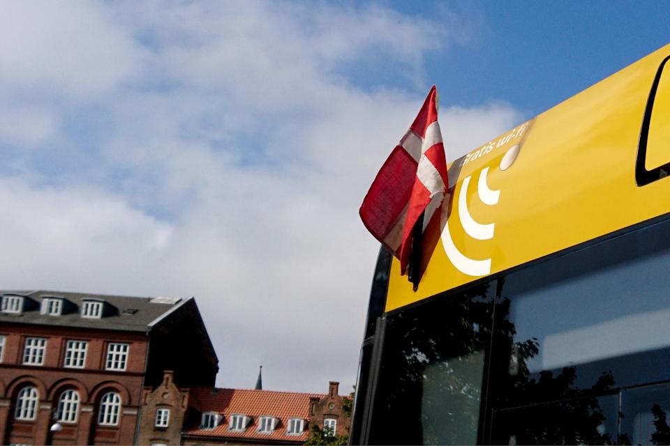 Флажок на автобусе по случаю праздничной недели, Rutebilstation, Орхус, Дания. Фото 2 сент. 2021