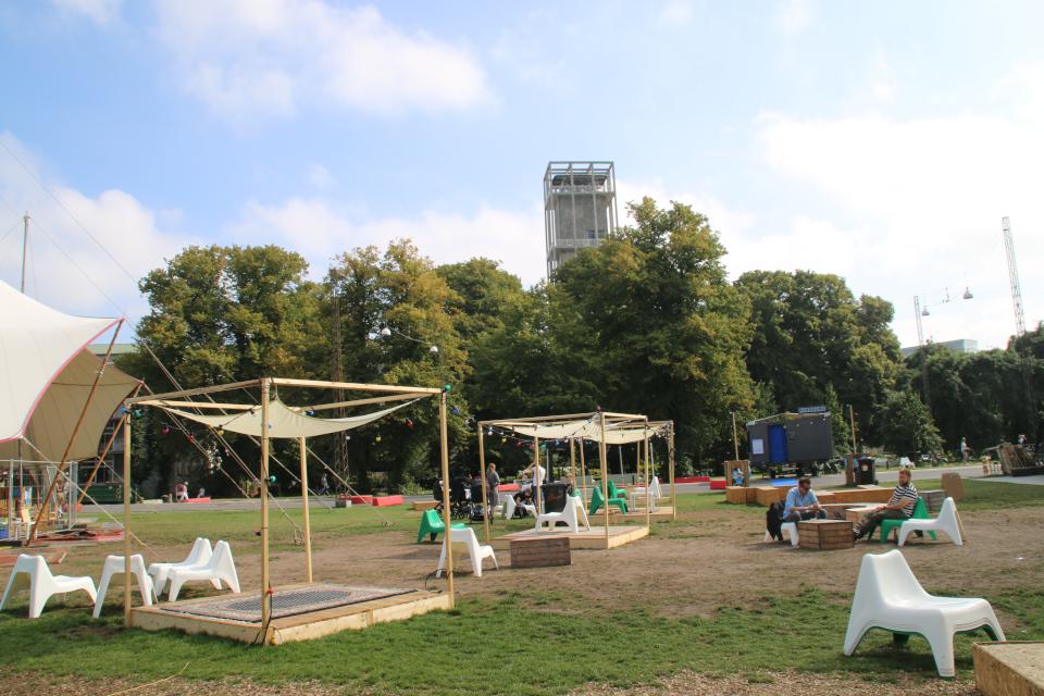 Городской парк, в глубине - музей башня ратуши. Праздничная неделя Орхус 2021, Дания. Фото 2 сент. 2021