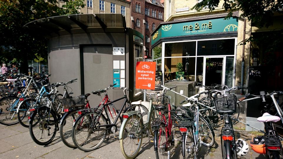 Временная парковка велосипедов, возле пешеходной улицы и ж/д вокзала. Фото 2 сент. 2021, Орхус, Дания