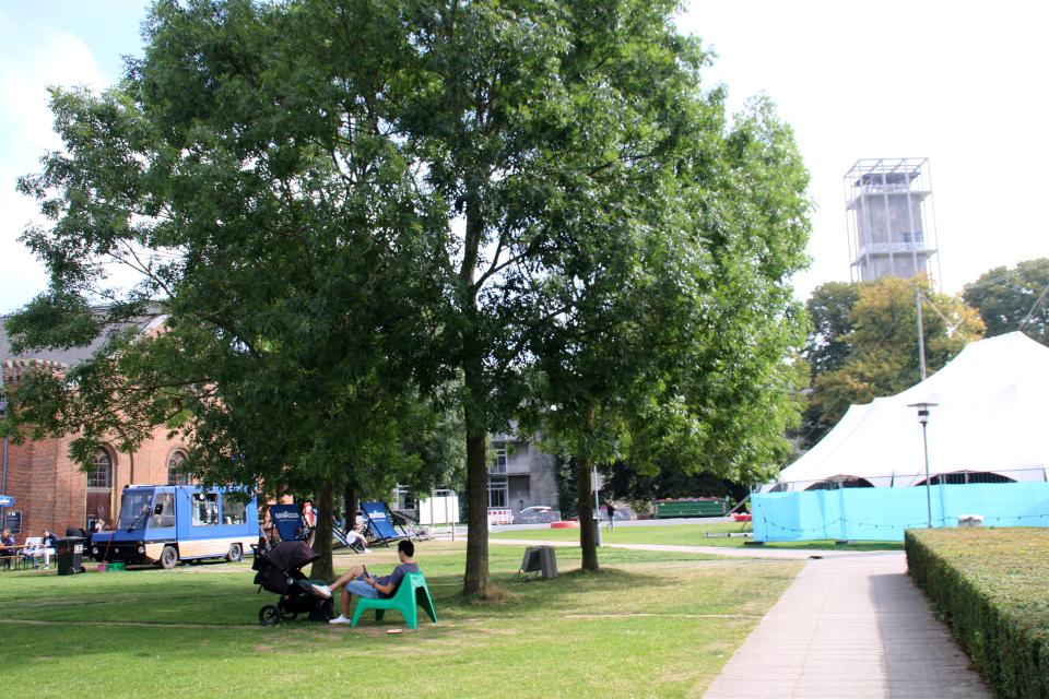 Городской парк, в глубине - башня ратуши, слева - Ridehiset и вагончик-кофейня. Праздничная неделя Орхус 2021, Дания. Фото 2 сент. 2021