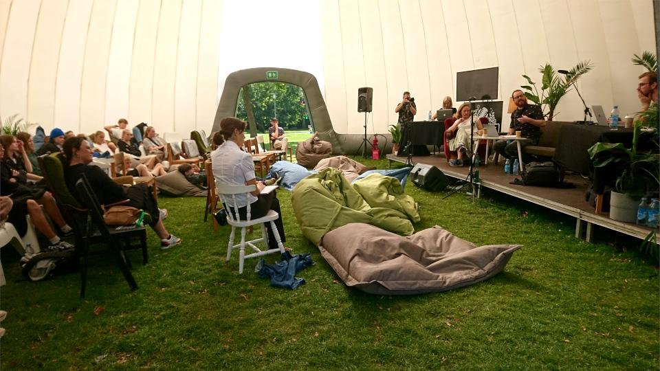 Внутри надувшон палатки. Праздничная неделя Орхус 2021, парк ратуши, Дания. Фото 2 сент. 2021