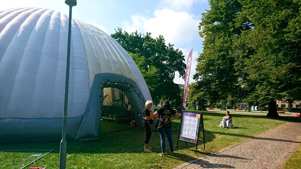 Надувная палатка. Праздничная неделя Орхус 2021, парк ратуши, Дания. Фото 2 сент. 2021