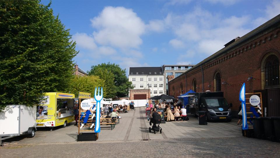 Городской парк, справа - Ridehuset . Праздничная неделя Орхус 2021, Дания. Фото 2 сент. 2021