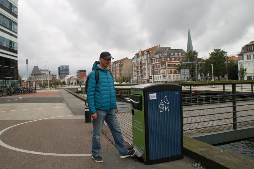 Говорящий мусорный ящик с солнечными батареями. Орхус Доклендс (Aarhus Ø), Дания 29 сентября 2021