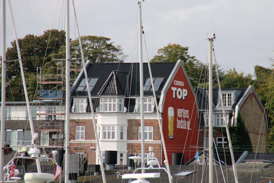 Пиво - реклама на стене дома. Орхус Доклендс 29 сентября 2021 (Aarhus Ø), Дания