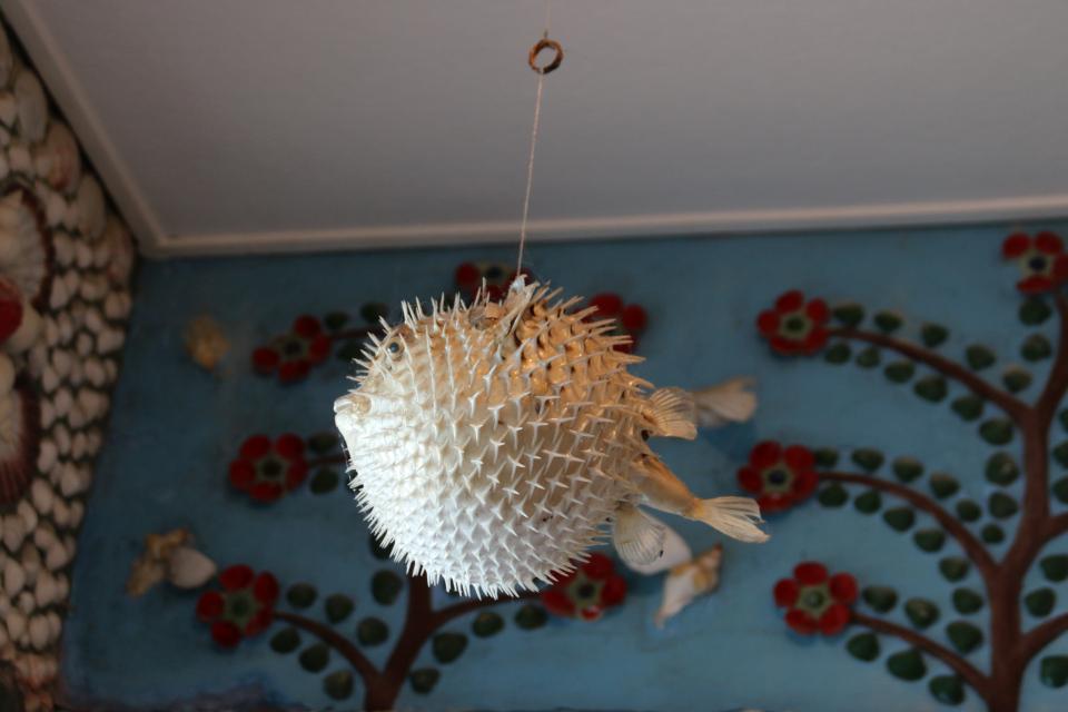 Рыба шар, Sphoeroides. Дом с ракушками Тюборён (Sneglehuset, Thyborøn), Дания. Фото 26 сент. 2021