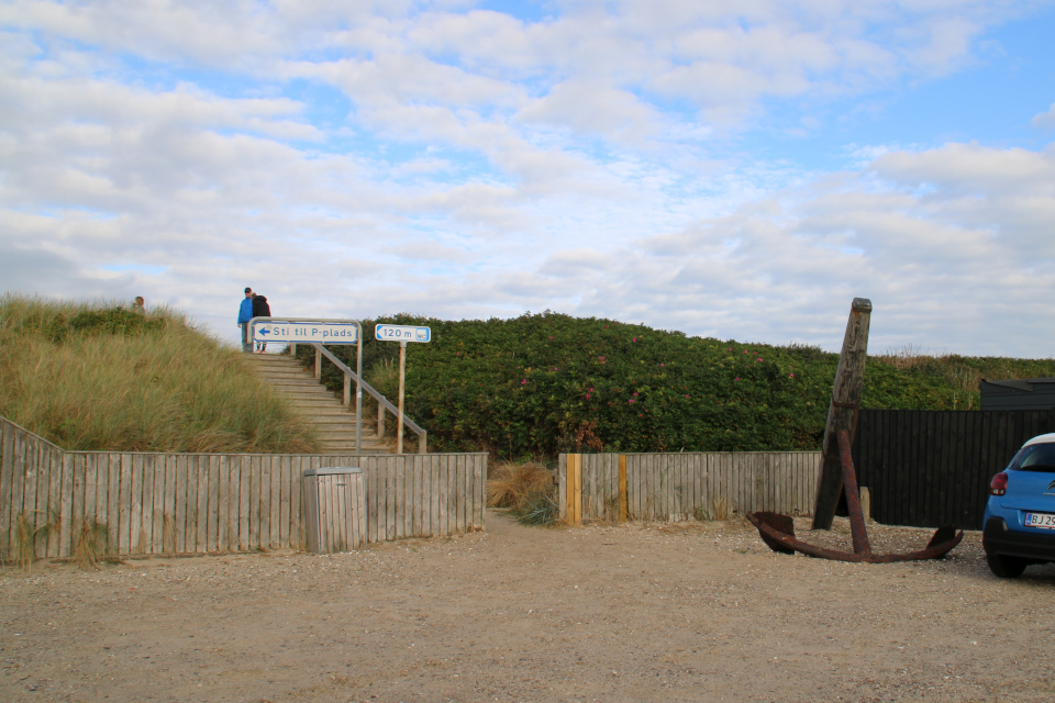 Якорь, парковка. Дом с ракушками Тюборён (Sneglehuset, Thyborøn), Дания. Фото 26 сент. 2021