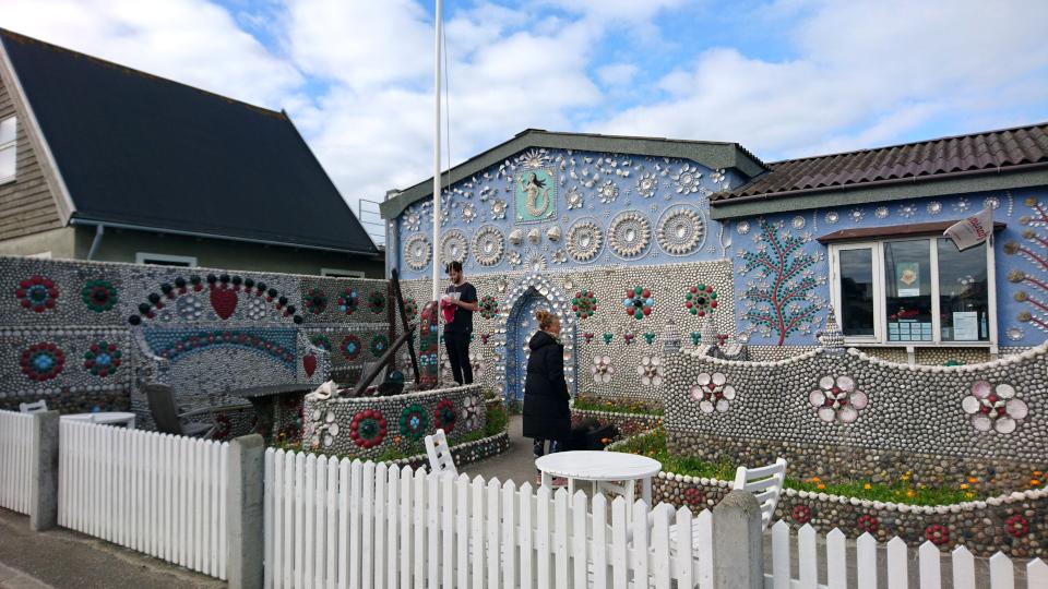 Флаг Даннеброг. Дом с ракушками Тюборён (Sneglehuset, Thyborøn), Дания. Фото 26 сент. 2021