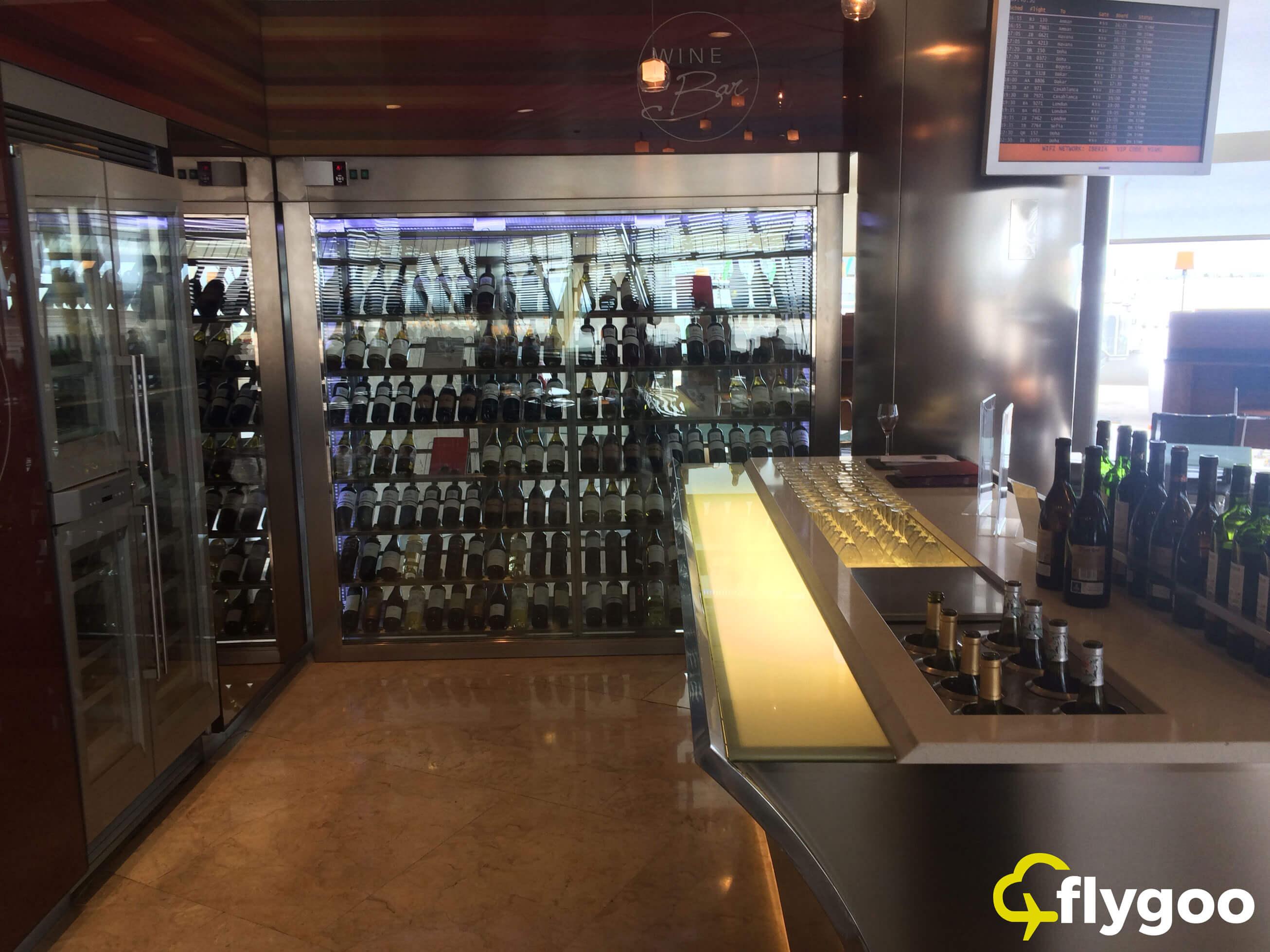 Weinauswahl in der Iberia Velazquez Lounge, Madrid