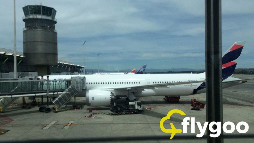 Boein 787 von LATAM am Gate in Madrid