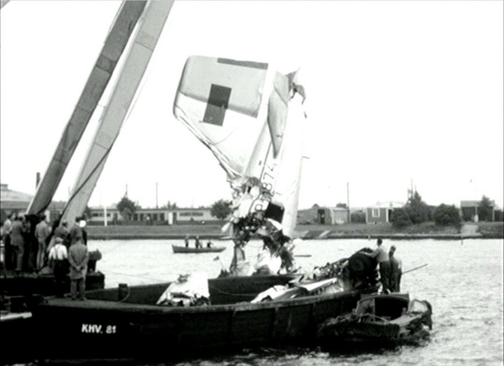 Haleroret fra det sovjetiske fly bliver bjærget i Københavns Havn