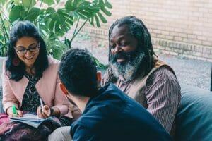 Faisal, Rukhsana en Mulume pitchen een verhaal aan elkaar tijdens een workshop van Hallo Micro, een project van FMDO vzw. CR Charlotte Vandendwije