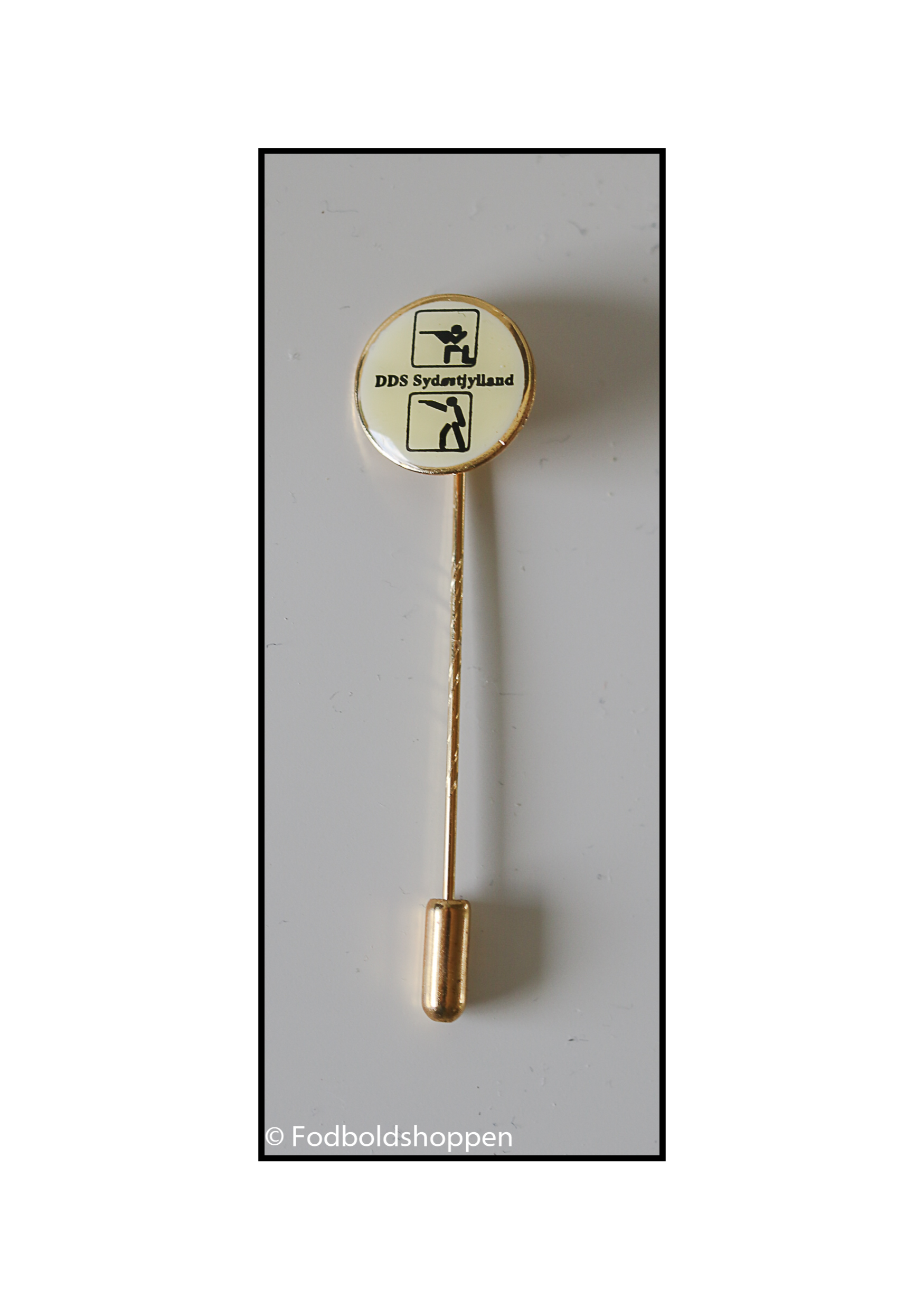 Blå æske med æresnål (pin) med motiv af to skytter (riffel og pistol) og teksten DDS Sydøstjylland.