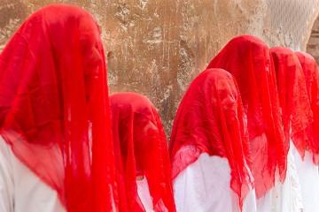 Ladies in red © Patrick Haegens