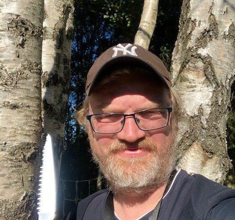 Jarle tar med seg barna og dra til skogs.