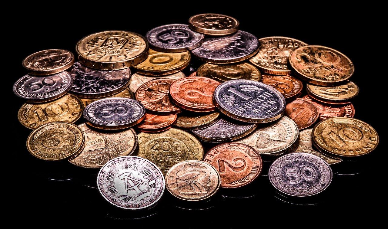 Kombination av mynt, koppar, silver och guld