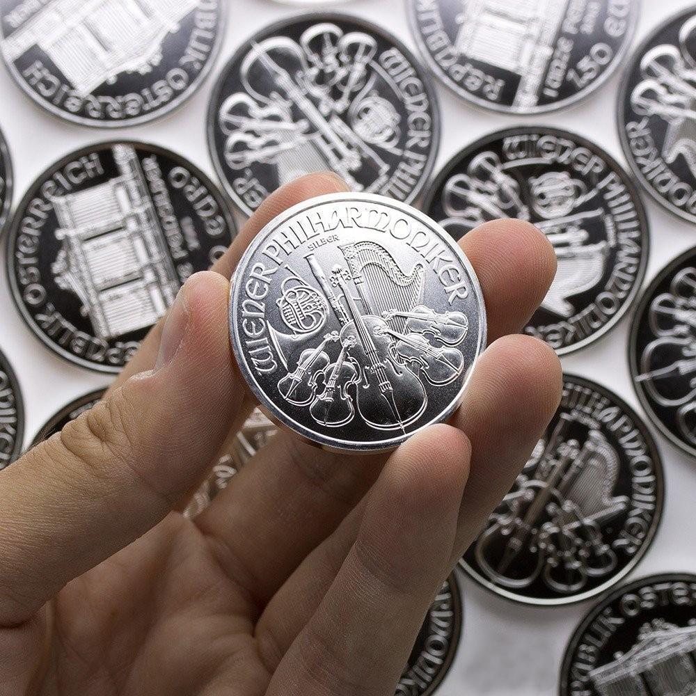 Ett silvermynt i en hand