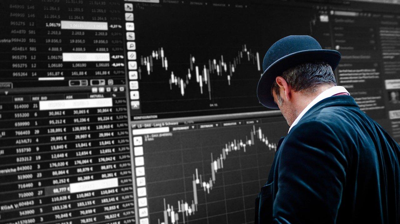 man tittar på en börsskärm