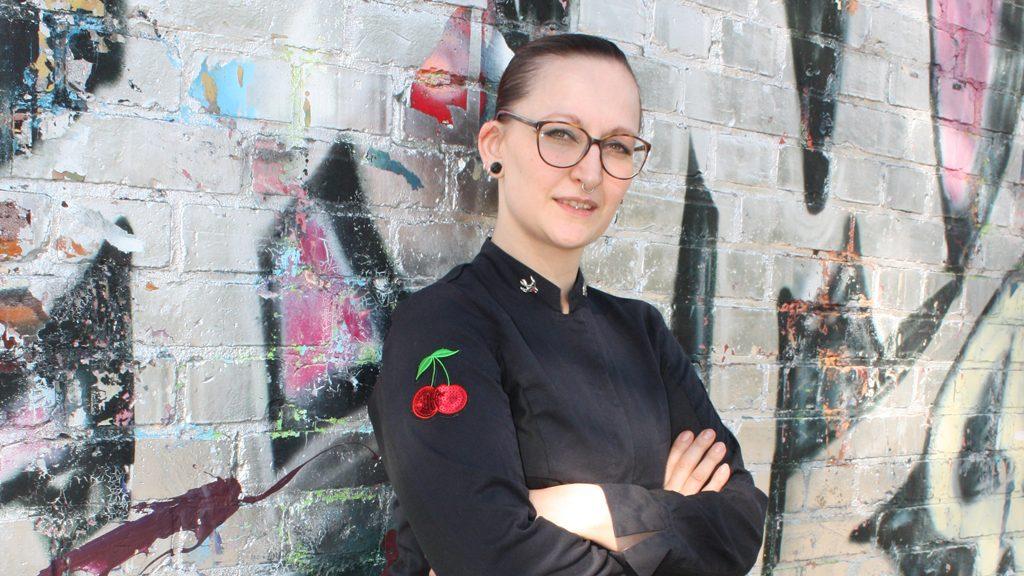 Bild: Marlene Berger an Graffiti-Wand im Interview mit Blog Food Fellas