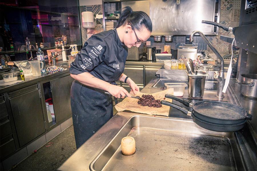 Bild: Marlene Berger beim Kochen für Interviews Food Fellas