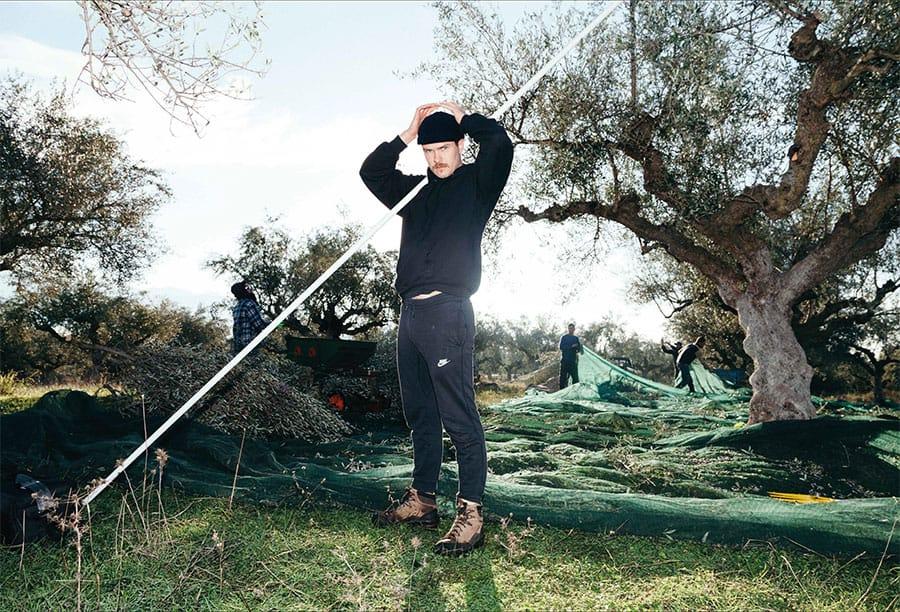 Marc von OEL bei der Olivenernte in Griechenland