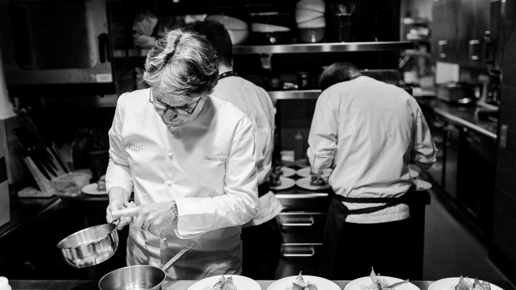 Harald Rüssel in der Küche beim Anrichten, Food Fellas