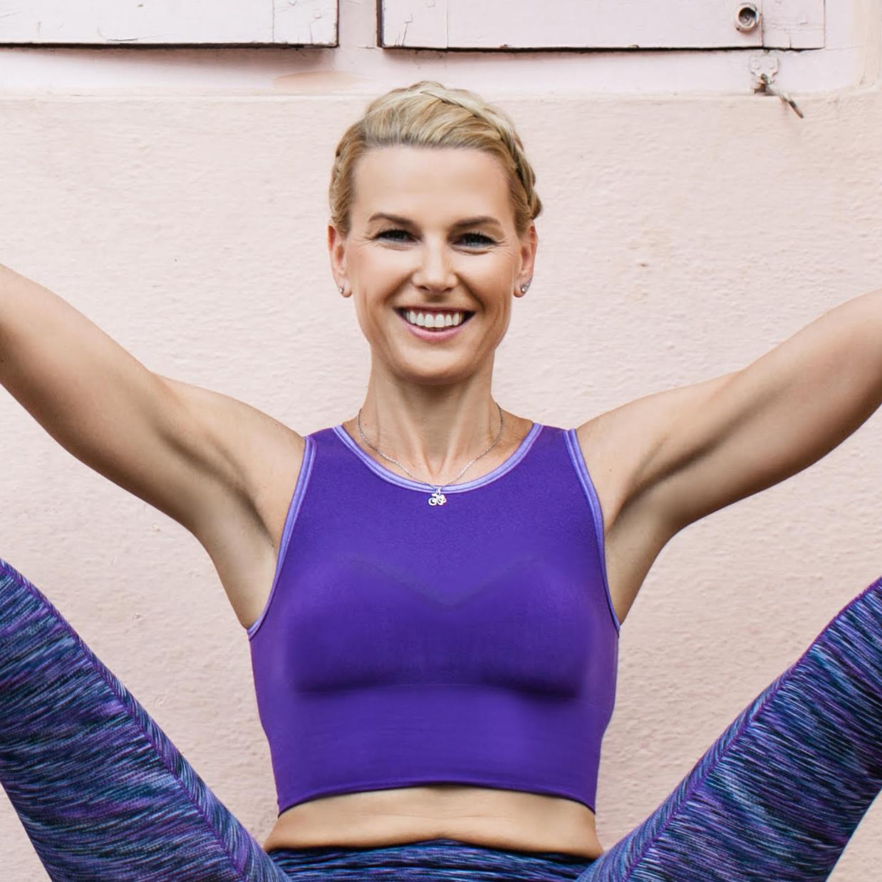 Vibeke Klemetsen smilende til kamera i yogapositur