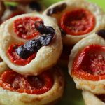 Pizzette di pasta sfoglia con pomodoro fresco